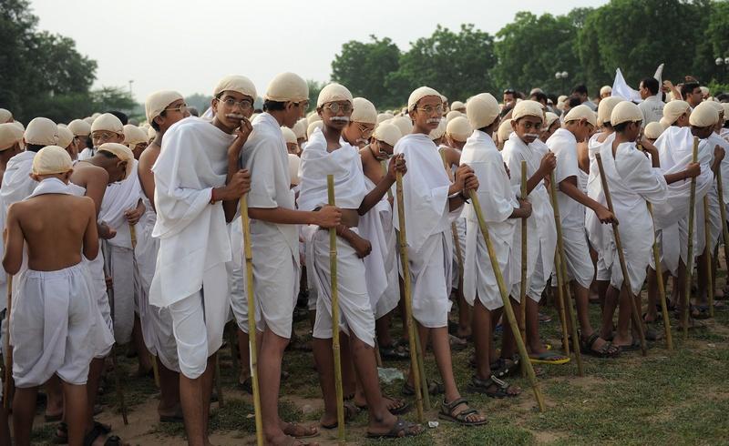 Ахмедабад, Индия, 2 октября. Свыше 1000 студентов, наряженных в костюм Махатмы Ганди, прибыли на празднование дня рождения отца нации. Фото: SAM PANTHAKY/AFP/GettyImages