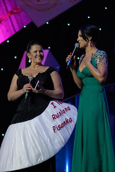 Руслана Писанка и Маша Ефросинина в роли ведущих на церемонии награждения премией «Человек года — 2009», которая прошла в Киеве 20 марта 2010 года. Фото: Владимир Бородин/The Epoch Times