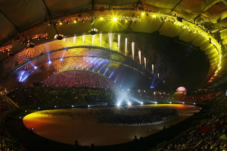 У Досі на стадіоні Халіфа пройшла офіційна церемонія закриття 15-х Азійських ігор «Азіада-2006». Фото: Harry How/Getty Images