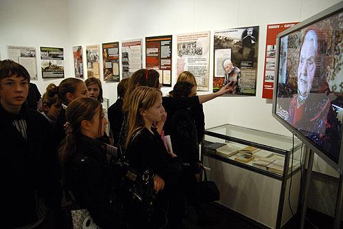 Группа школьников на выставке «Украина помнит! Голодомор 1932–1933 гг. – геноцид Украинского народа». Фото: Владимир Бородин/Великая Эпоха