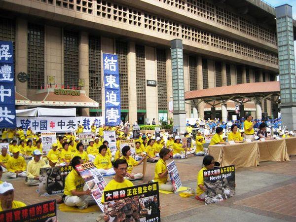 Пресс-конференция, организованная последователями Фалуньгун. Тайбэй. 3 ноября. Фото с minghui.org