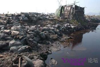 Эта свалка электронного мусора, который уже не подлежит переработке, видна из окон местного детсада. Район города Шаньтоу провинции Гуандун. Фото с aboluowang.com