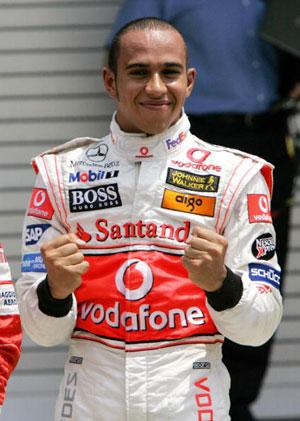 Пилот команды Макларен Льюис Гамильтон (Lewis Hamilton) празднует победу в гонке  квалификации Гран-при США. Фото: DON EMMERT/AFP/Getty Images