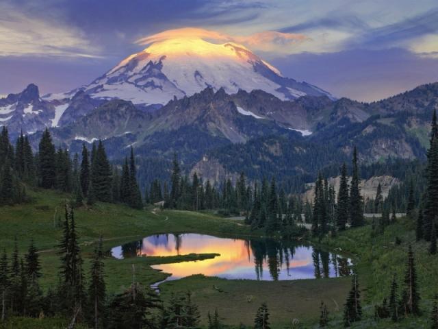 Промені зорі висвітлюють вершину сплячого стратовулкану Рейнір. На передньому плані — озеро Тіпсо. Штат Вашингтон. Фото: Bob Kim/outdoorphotographer.com