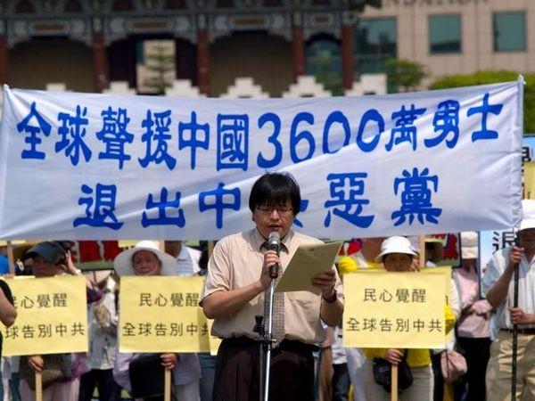 Представитель тайваньского центра по выходу из компартии г-н Хоу Ненцзу. Фото: Тан Бин/ The Epoch Times