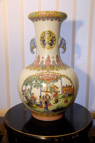 Ваза. Фарфор. Представленные вазы являются точными копиями музейных экспонатов. Это образцы виртуозной техники мастеров города Цзиндечжень, где с 7 ст. изготавливали вазы только для императорского двора. Фото: Великая Эпоха.