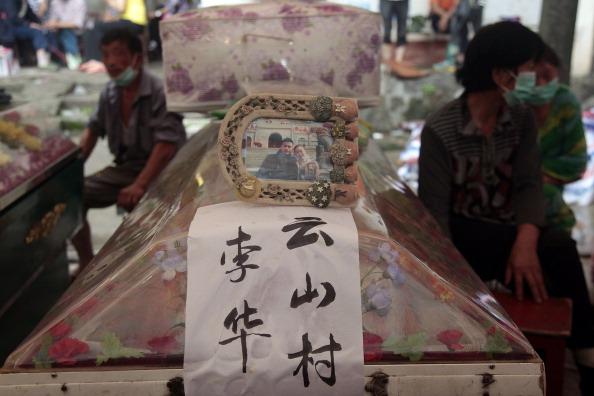 Повені і зсуви понесли життя людей. Провінція Хунань, Китай. Фото: STR/AFP/Getty Images