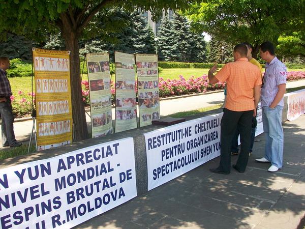 Протест перед будівлею уряду Республіки Молдови організаторів і глядачів нереалізованого вистави Shen Yun Performing Arts. Фото: The Epoch Times