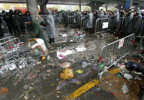 На вокзале в Гуанчжоу по-прежнему более 200 тысяч человек ожидают поездов. Фото: LIU JIN/AFP/Getty Images
