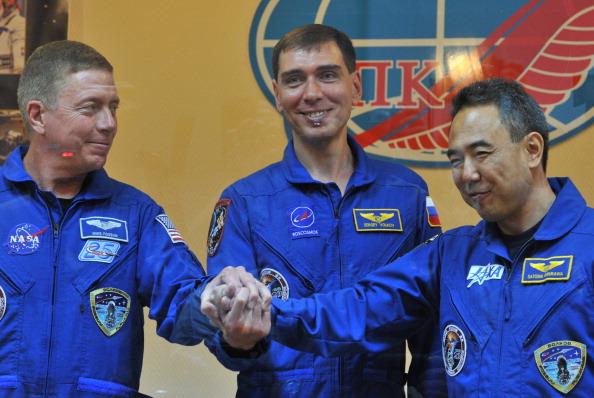Ключ на старт! Космонавты (слева направо) Майкл Фоссум, Сергей Волков и Сатоши Фурукава на предполетной пресс-конференции. Фото: VYACHESLAV OSELEDKO/AFP/Getty Images