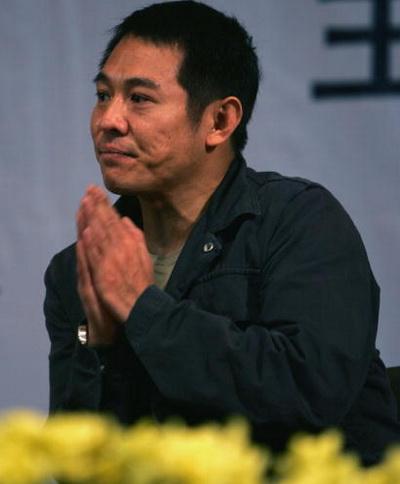 Джет Ли читает лекцию китайским студентам, в качестве посла доброй воли от общества «Красного креста». Фото: China Photos/Getty Images)