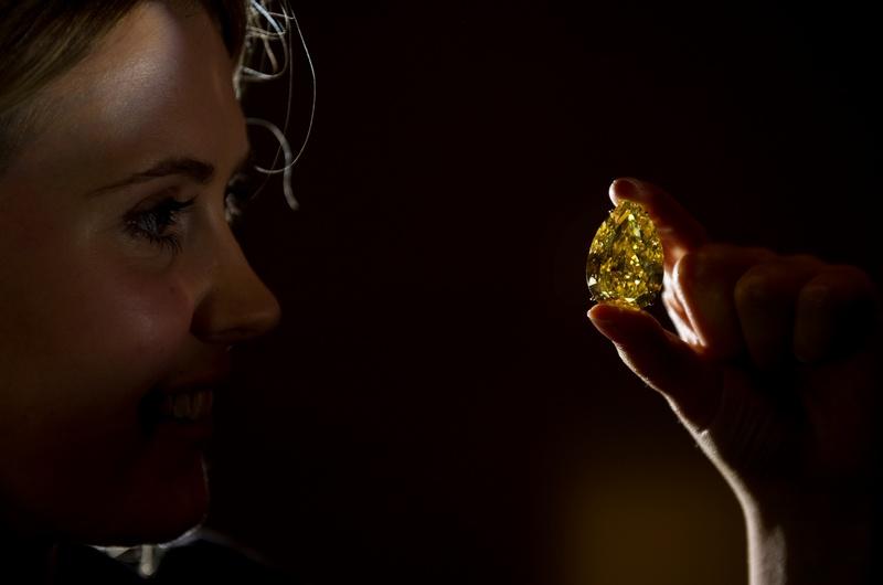 Жовтий діамант «Крапля Сонця» (The Sun-Drop Diamond). Фото: LEON NEAL/AFP/Getty Images