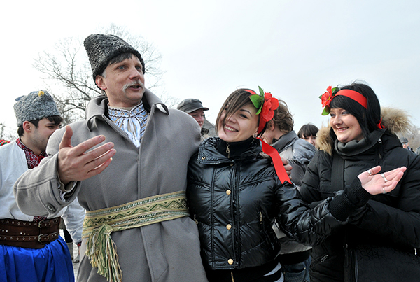 Музыкант с девушками на праздновании Колодий в Мамаевой слободе. Фото: Владимир Бородин/The Epoch Times Украина