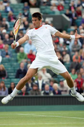 Лондон, Великобритания: Novak Djokovic из Сербии во время Уимблдонского турнира. фото: ADRIAN DENNIS/AFP/Getty Images
