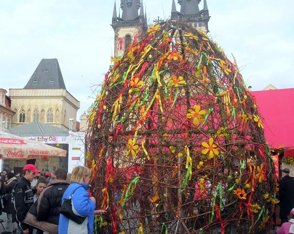 Історичний центр чеської столиці прикрашений до свята Великодня стрічками та квітами. Фото: Алла Лавриненко/The Epoch Times Україна
