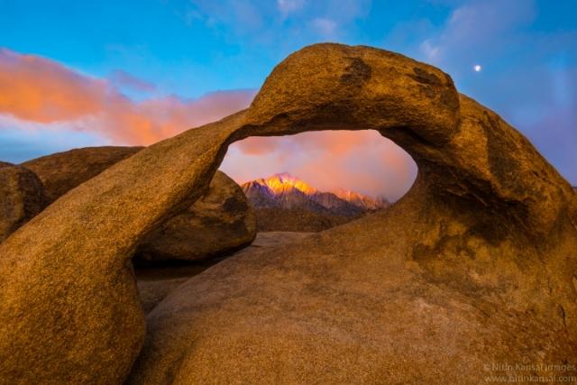 Захід на пагорбах Алабами, вид крізь арку. Праворуч над аркою — диск Місяця. Штат Каліфорнія. Фото: Nitin Kansal/outdoorphotographer.com