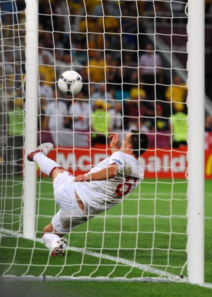 Джон Террі (Англія) вибиває м'яч за лінією воріт у матчі Англія — Україна, 19 червня, Донецьк. Суддя гол не зараховує. Фото: Laurence Griffiths/Getty Images