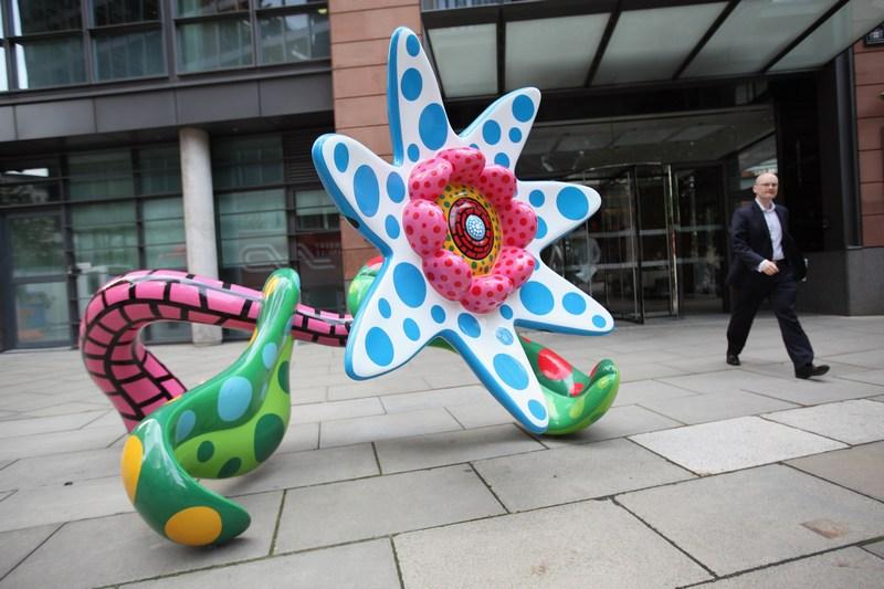 Лондон, Англія, 25 червня. В Сіті встановлені сім скульптур японської художниці Яйой Кусама. На фото показана робота «Квіти, які розкриються завтра». Фото: Oli Scarff/Getty Images