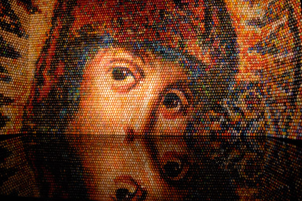 Украинская художница Оксана Мась, автор мозаичного панно «Взгляд в вечность», которое выставлено в Национальном заповеднике «София Киевская». Фото: Владимир Бородин / The Epoch Times
