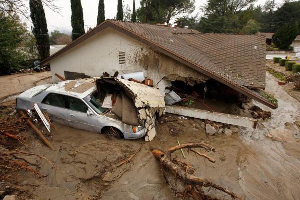 В результате проливных дождей произошли оползни. Ла Канада Флинтридж, Калифорния 6 февраля 2010 в Ла-Канада Flintridge, штат Калифорния. Фото: David McNew / Getty Images)