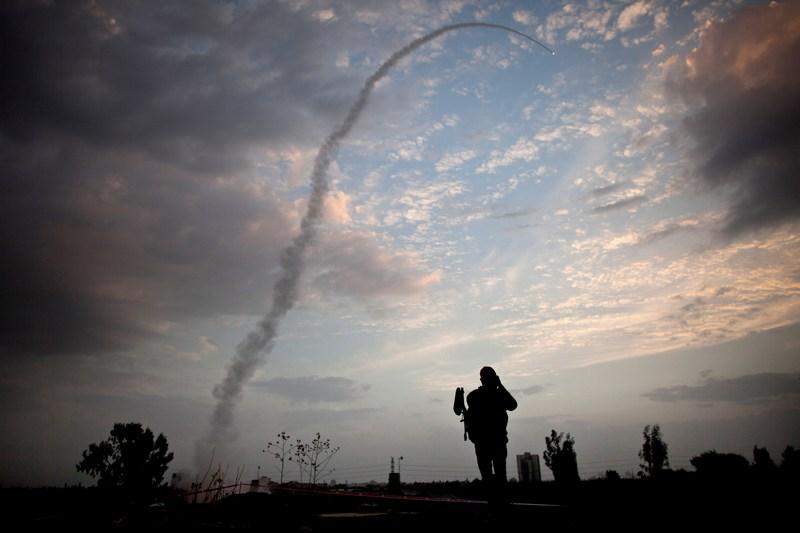 Тель-Авив, Израиль, 17 ноября. Ракета системы защиты «Железный купол» отправилась на перехват выпущенной из сектора Газа ракеты. Фото: Uriel Sinai/Getty Images