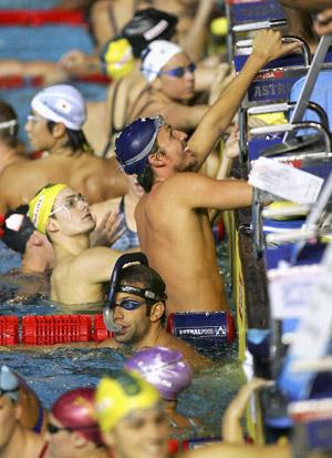 Плавці відпочивають під час чемпіонату світу з водних видів спорту в Мельбурні. Фото: Cameron Spencer/Getty Images