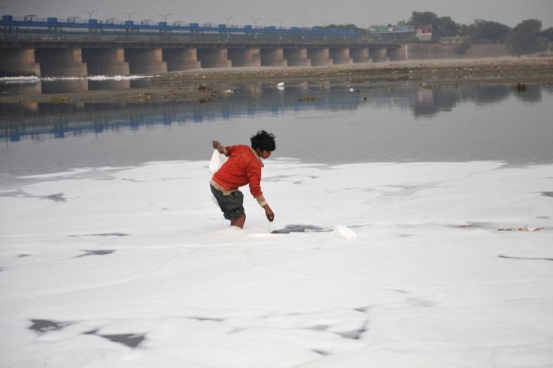 Индийский мальчик ищет брошенные в воду монеты. Фото: AFP/Getty Images