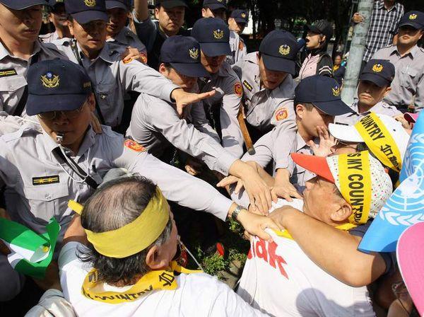 Массовые акции протеста против приезда коммунистического чиновника, а также против политики правительства, направленной на сближение с коммунистическим Китаем. Тайвань. 6 ноября. Фото: ЦАН