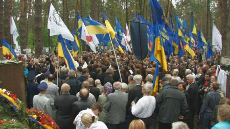 Після молебна пам'яті жертв політичних репресій до пам'ятників було покладено квіти та вінки. Фото: NTD