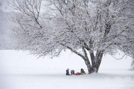 Діти грають у снігу. Фото: Чан Лей/Велика Епоха