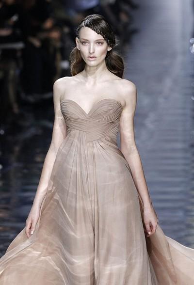Коллекция Elie Saab весна-лето 2010 на Неделе моды в Париже. Фото: AFP