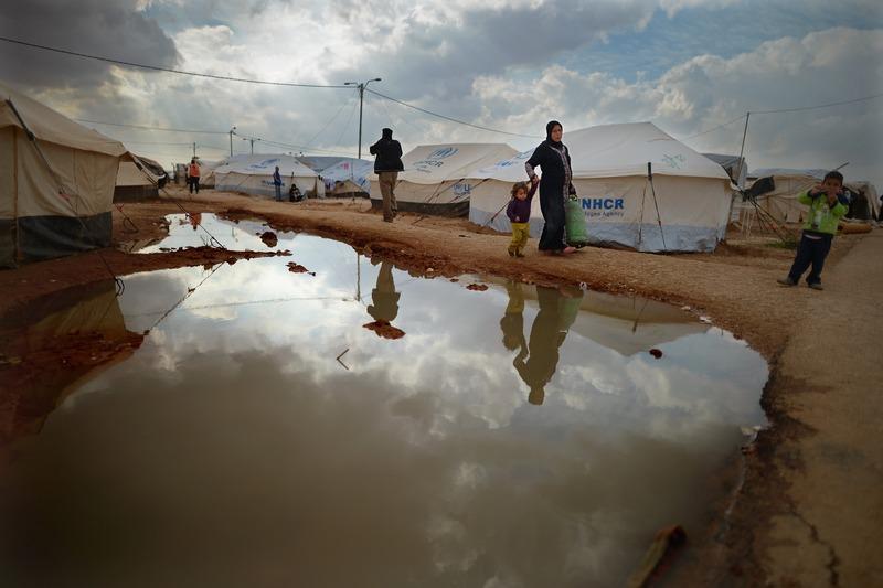 Табір в Заатарі, Йорданія, 30 січня. Величезна кількість біженців, що рятуються від насильства, хлинула з Сирії в північні райони Йорданії, переповнивши за кілька днів наметовий табір. Фото: Jeff J Mitchell/Getty Images