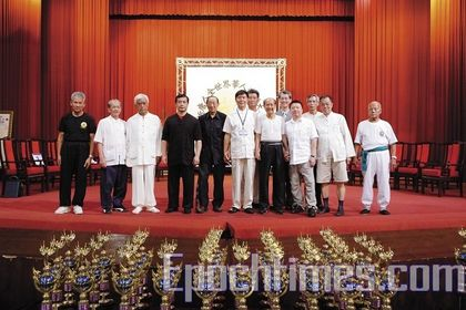 Передний ряд слева направо: Линь Ли-Мао (стиль Линнань Цюаньшу), Хо Го-Чжао (школа Удан Чжуннань), Сяо Цжи-Фу (стиль Чжаобао Тайцзицюань), Цзи Шаохуа (стиль Бацзи-Цюань), Шень Мао-Хуэй (стиль «длинный кулак»). Фото: Лянь Ли/The Epoch Times