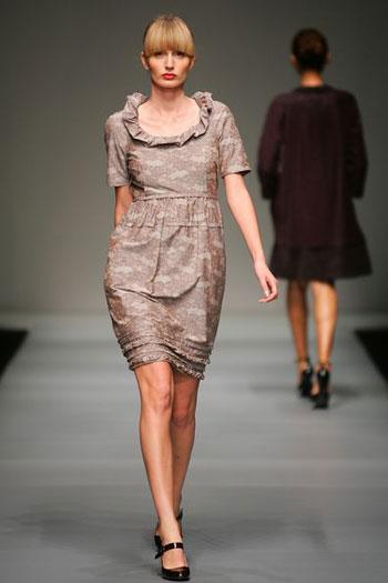 Коллекция одежды сезона осень/зима от Питера Сома (Peter Som) на неделе моды MasterCard Luxury Week в Гонконге. Фото: MN Chan/Getty Images