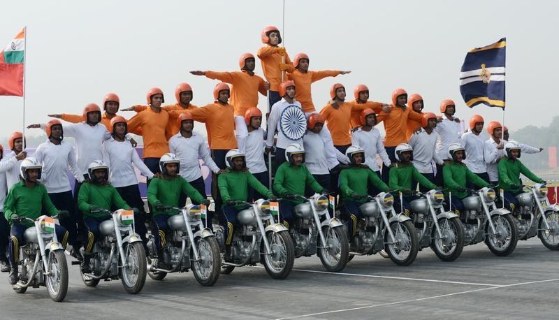 Нью-Дели, Индия, 15 января. Солдаты выполняют трюковой номер во время парада в честь 65-й годовщины образования национальной армии. Фото: RAVEENDRAN/AFP/Getty Images
