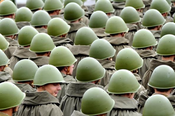 В выходные, в честь Дня Независимости Беларуси в центре столицы состоялся военный парад. Но пришедших его посмотреть оказалось немного. Фото: Виктор Драшев/Getty Images