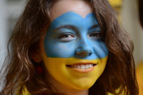 Українська вболівальниця перед матчем Україна — Швеція 11 червня 2012 року. Фото: ANNE-CHRISTINE POUJOULAT/AFP/GettyImages
