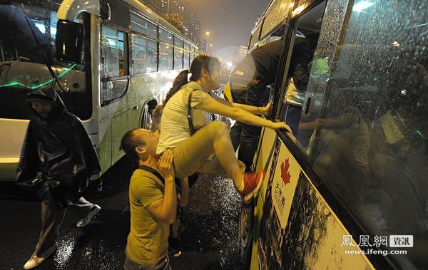 Чтобы успеть занять места, некоторые пассажиры заходят в автобус через окно. Пекин. Сентябрь 2011 год. Фото: news.ifeng.com
