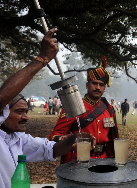Солдати підкріплюються свіжовичавленим соком біля столика вуличного торговця перед участю у параді на честь Дня Республіки в Калькутті. Фото: DIBYANGSHU SARKAR/AFP/Getty Images