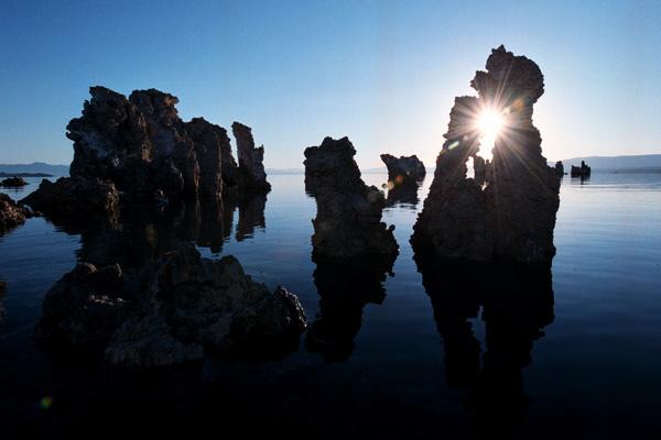 З дна озера почали виникати дивовижні природні утворення сірого кольору, що нагадували пористу пемзу, а вулканічні процеси на дні озера все ще тривають. Фото: David McNew/Newsmakers