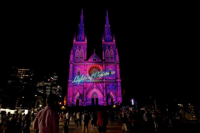 Сидней, Австралия, 13 декабря. Фасад Кафедрального собора размерами 77х33 метра освещён «Огнями рождества». Фото: Lisa Maree Williams/Getty Images