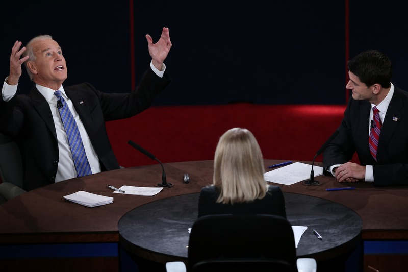 Данвилл, США, 11 октября. Вице-президент Джо Байден (слева) и кандидат в вице-президенты от республиканцев Пол Райан участвуют в дебатах. Фото: Win McNamee/Getty Images