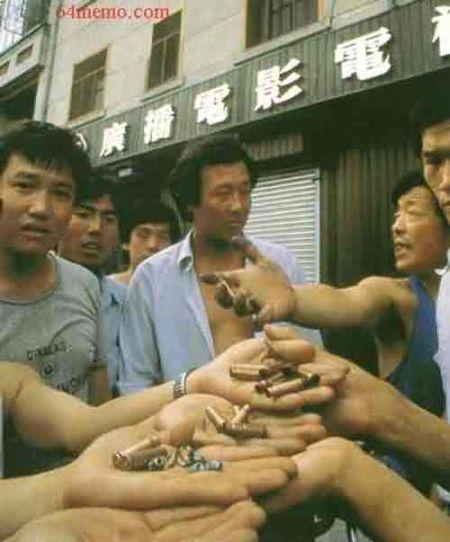 4 июня 1989 г. Жители Пекина показывают патроны, которыми расстреливали студентов. Там были и разрывные пули. Фото: 64memo.com