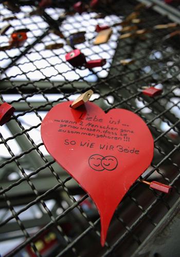 Замочки як символи кохання на мості в Кельні. Фото: Dennis Grombkowski/Getty Images
