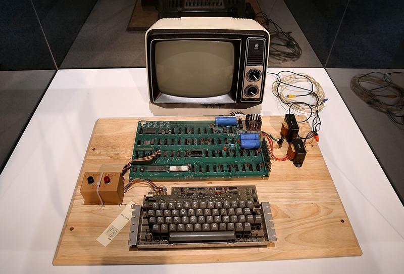 Маунтин-Вью, США, 24 июня. Компьютер «Apple-1» 1976 года выпуска выставлен на торги аукционного дома «Кристи». Предполагаемая стоимость аппарата — до $500 тыс. Фото: Justin Sullivan/Getty Images