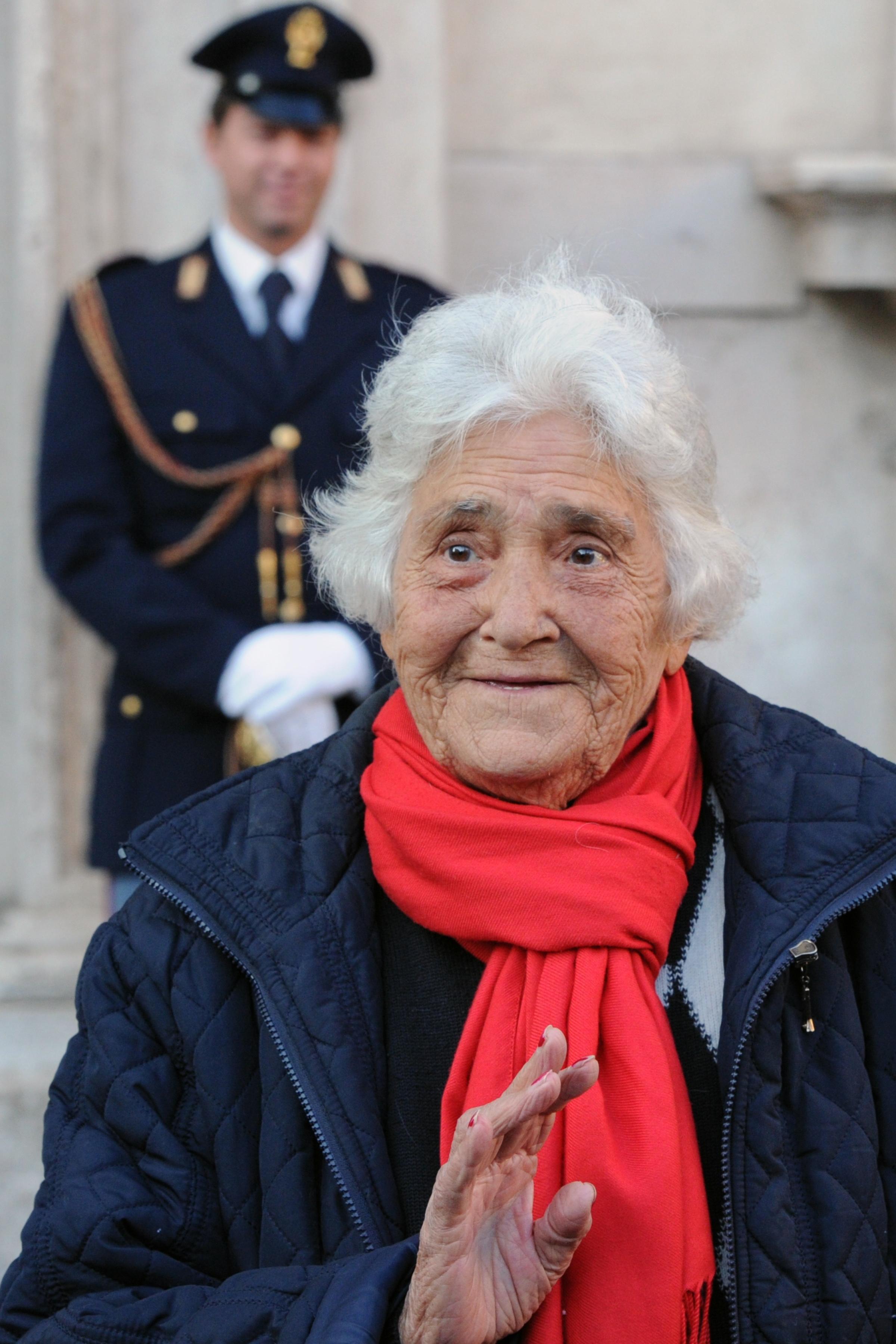 Італійська протестувальниця Аннарела (Annarella), яка часто ділиться своїми думками з приводу італійських політиків перед італійськими інститутами, стоїть перед Палаццо Кіджі прем'єр-міністра Італії 12 листопада 2011 року в Римі. Фото Gabriel Bouys/Getty