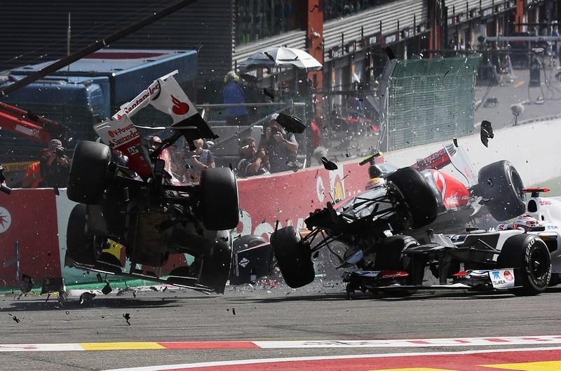 Спа-Франкоршам, Бельгия, 2 сентября. Столкновение Фернандо Алонсо (Испания, слева) и Льюиса Гамильтона (Великобритания) на кольцевой трассе гонок Формула-1 Гран-при Бельгии. Фото: Mark Thompson/Getty Images