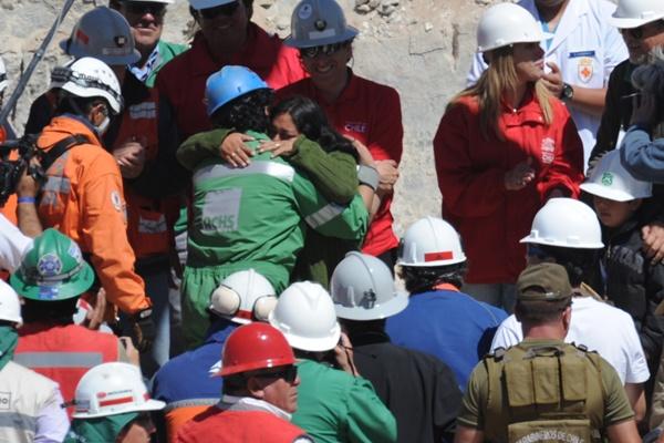 Чилийские шахтёры вызволены из подземелья. Всего горняки провели в обвалившейся шахте на глубине 622 метра 69 дней. Фото: AFP/Getty Images