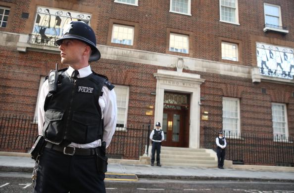 Полиция стоит у входа в больницу, где проходили роды Миддлтон. Фото: Chris Jackson/Getty Images