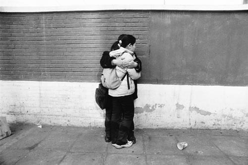 Пара возлюбленных студентов на улице Пекина. Фото с epochtimes.com